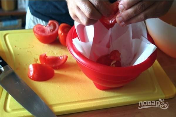 Очистите помидоры от сердцевины с семенами.