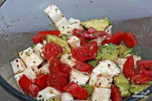 5. Вот и весь секрет, как приготовить салат с авокадо и моцареллой. Осталось аккуратно перемешать все и можно сразу подавать к столу. Приятного аппетита!