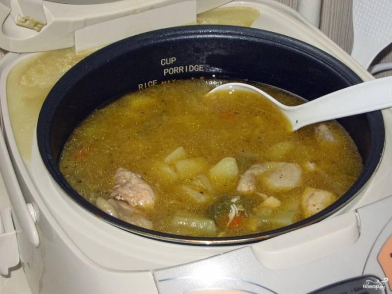 """Влейте воду, но не до самого края, курицу должно накрыть полностью, а картошку слегка.  Я готовлю в режиме """"Тушение"""" 1 час. Можете потом проверить блюдо на готовность, если что - еще на минут 15 оставляем."""