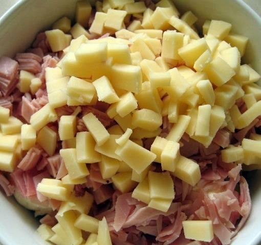 2. Для приготовления начинки необходимо нарезать мелкими кубиками твердый сыр и ветчину. Соединить с рикоттой.