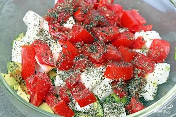 4. Осталось дело за малым - вымойте, обсушите и нарежьте помидоры. Выложите в салатник к остальным ингредиентам. Дополните щепоткой сушеного или свежего базилика. Также вы можете использовать и любую другую зелень, которая вам по душе. Добавьте оливковое масло.