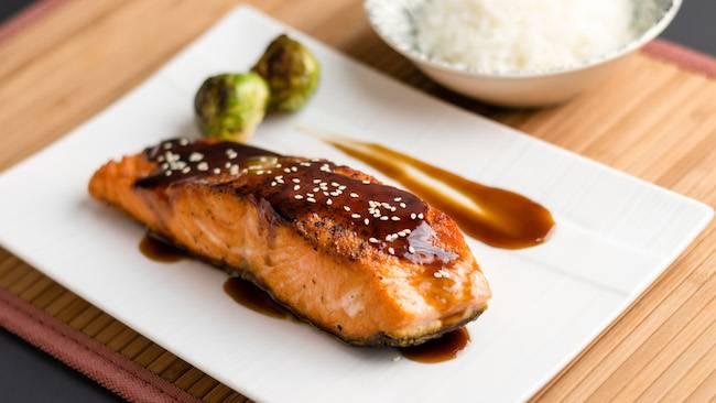 6) Аккуратно полейте филе лосося соусом терияки, сверху посыпьте порубленным зеленым луком. Как гарнир сюда отлично подойдет рис. Приятного аппетита!