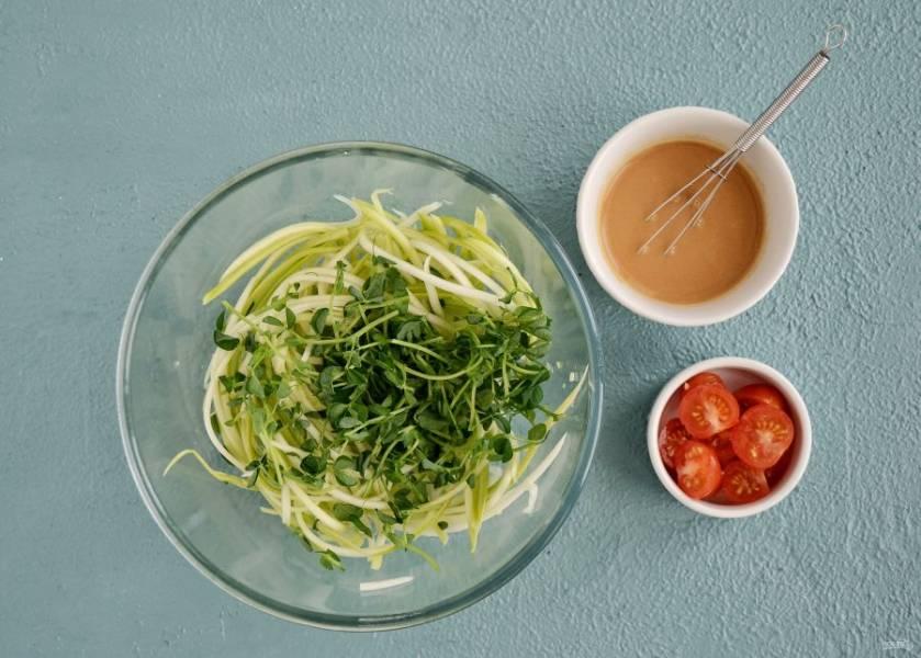 Помидоры нарежьте на половинки, ростки гороха порвите руками. Смешайте лапшу из кабачков с ростками, сверху полейте соусом и выложите помидоры.