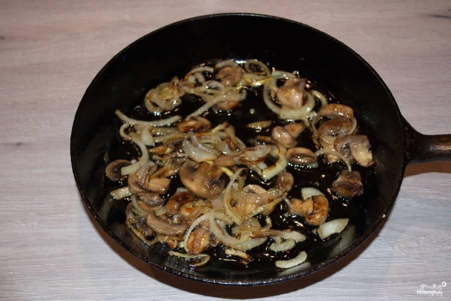 На растительном масле обжарьте лук до мягкости. Добавьте нарезанные грибы. Тушите все вместе, периодически помешивая, до готовности. В самом конце приготовления посолите и поперчите.