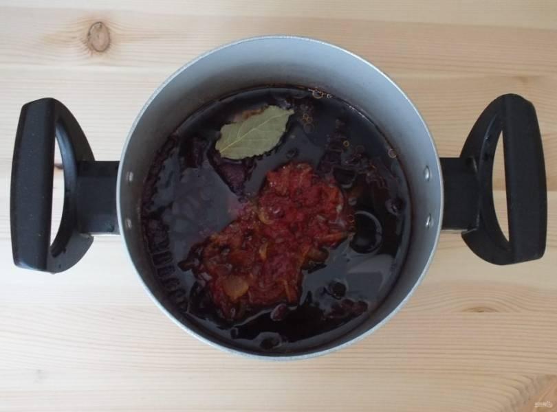 Добавьте обжаренный лук с томатной пастой, соль, сахар, перец. Перемешайте. Поставьте на огонь, доведите до кипения и варите 15 минут. Добавьте уксусную эссенцию, подержите еще 3 минуты на огне и снимайте.