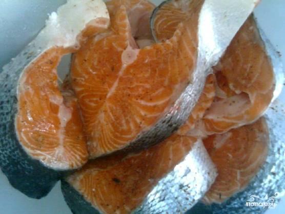 Если вы взяли другой сорт рыбы (например, карпа или сазана), то лучше будет почистить её от чешуи, пока она еще не разделана. У красной рыбы такой проблемы не вижу. А при достаточной прожарке чешуя тоже становится съедобной. Брезговать тут нечего, поскольку чешуя очень полезна. Выдавливаю лимон, поливаю этим соком куски рыбы. Сыплю соль, черный молотый перец, кориандр и сушеный лук, а также кладу немного паприки. Рыбу перемешиваю и оставляю мариноваться на пару часов.