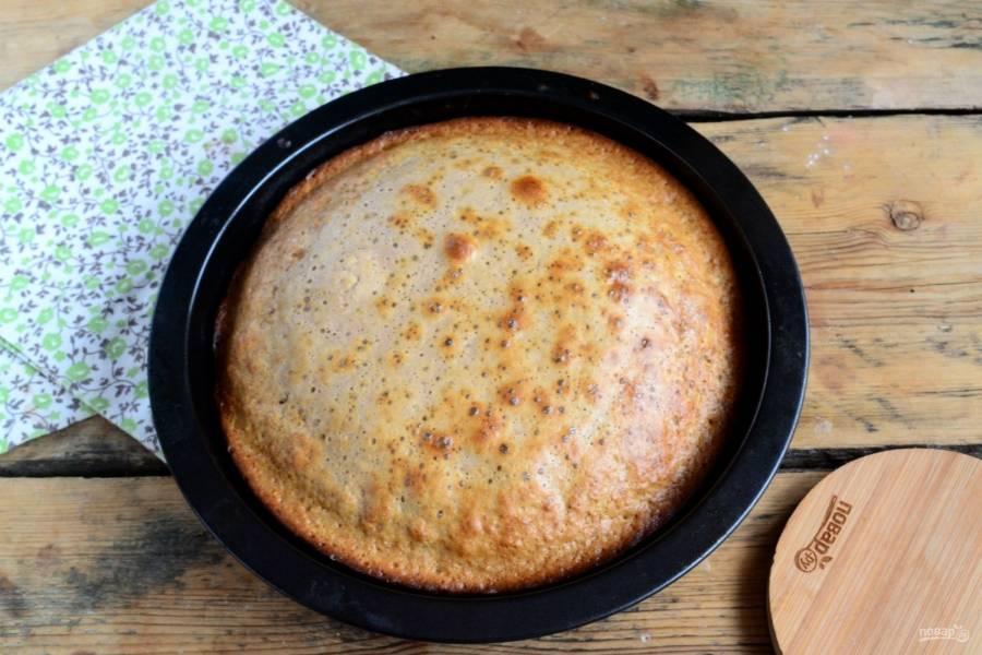 Ставьте пирог в заранее разогретую до 180 градусов духовку на 25 минут. Готовность пирога проверяйте спичкой: просто воткните ее в пирог, если она останется сухой, значит пирог готов и его можно вынимать из духовки.