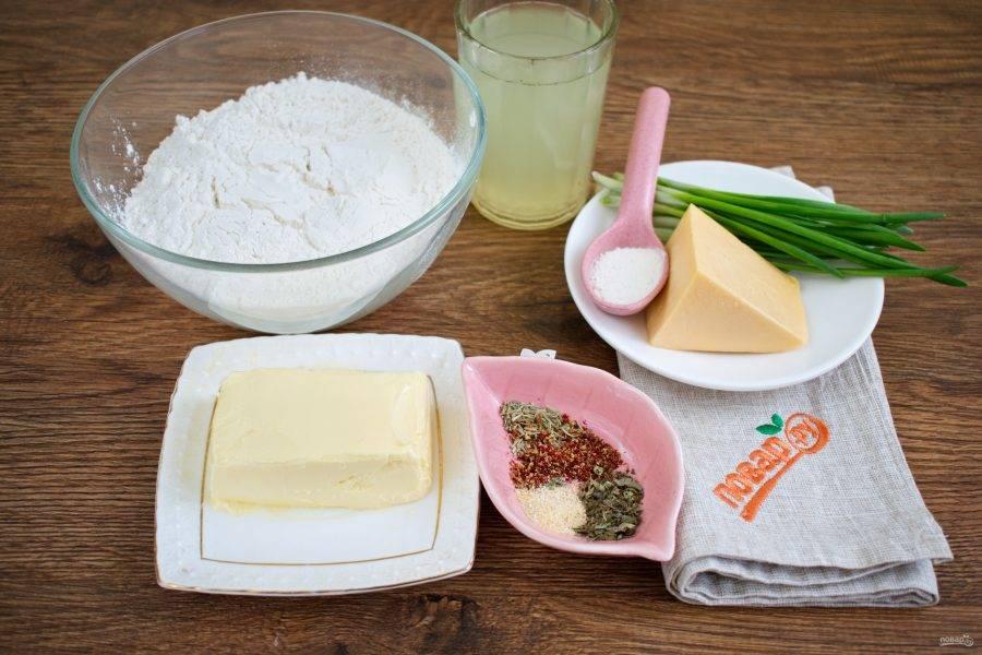 Сыр натрите на крупной терке, лук вымойте, обсушите.