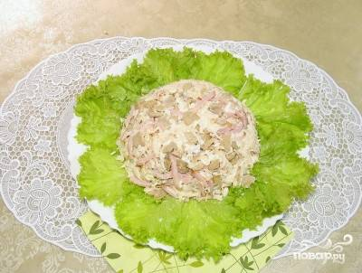 13. На тарелку для подачи выложите вымытые и обсушенные листья салата. Переверните салатник, чтобы получилась форма.
