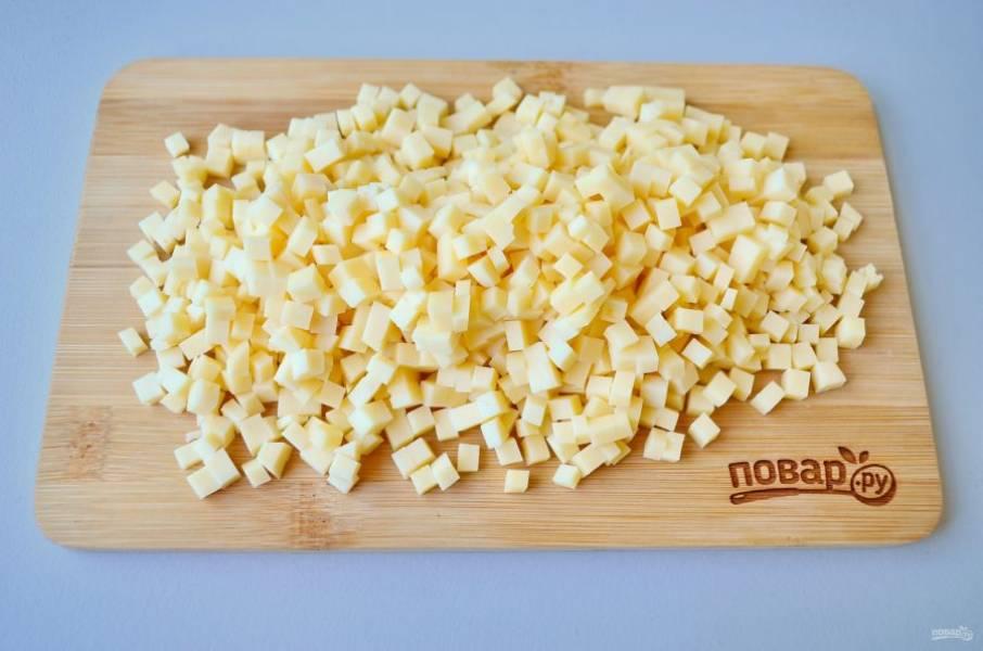 4. Голландский сыр порежьте мелкими кубиками.