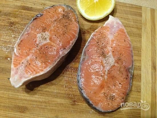Посыпаем солью, перцем и сбрызгиваем лимонным соком. И оставляем минимум минут на 15. Я замариновала рыбу с утра, а готовила для позднего обеда или раннего ужина :)