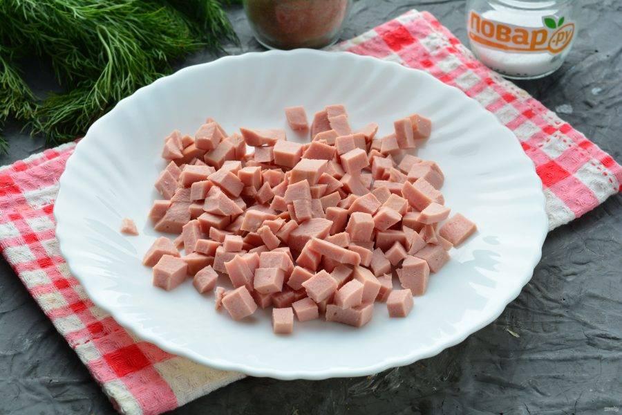 Нарежьте таким же образом колбасу.