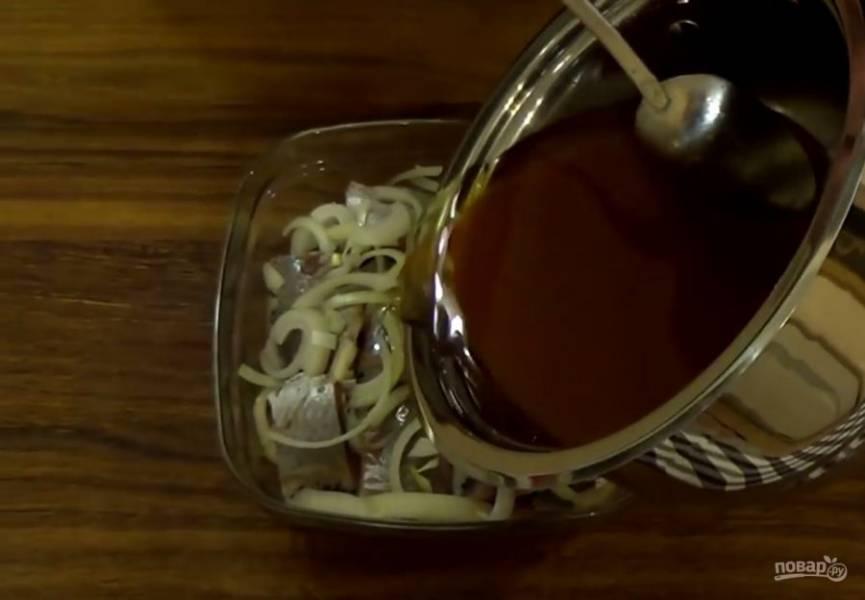 3. Сельдь очистите от кожи и костей и  слоями выложите в тарелку, чередуя ее с нарезанным полукольцами луком. Залейте сельдь остывшим маринадом, накройте его пищевой пленкой и отправьте в холодильник на сутки. Приятного аппетита!