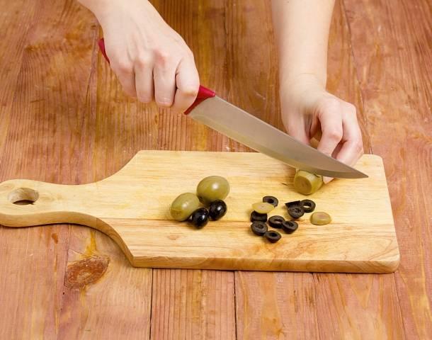 9. После закипания проварите около 10 минут. Маслины и оливки можно нарезать или добавить целиком.