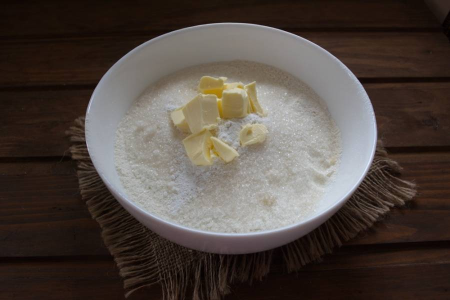 Просейте муку. Добавьте к муке сахар, соль, разрыхлитель. Сливочное масло нарезать кубиком.
