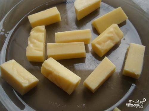 2.Сыр нарезать кусочками по количеству котлет. А их должно получиться штук 8-10. Или в расчете по 2 небольших кусочка на котлетку.