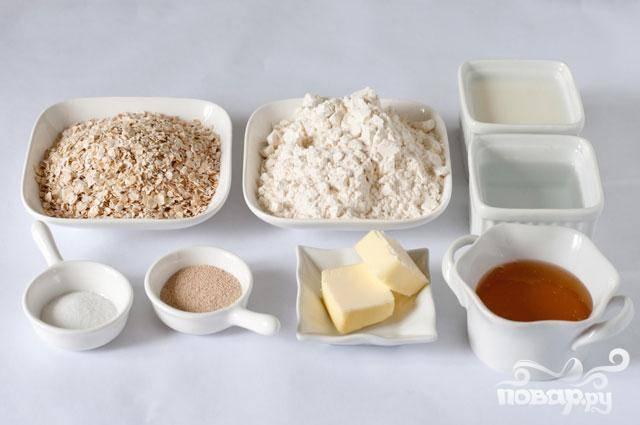 2. Влить молочную смесь в муку и перемешать. Месить в течение 10 минут, пока тесто не станет гладким и эластичным. Если тесто еще очень липкое после 5 минут разминания, добавить еще муку, по 1 столовой ложке за раз. Если тесто слишком сухое, добавить воду, по 1 чайной ложке за раз. Положить тесто в слегка смазанную маслом миску, накрыть крышкой и дать подняться, пока оно не увеличится вдвое, около 1-1 1/2 часа.