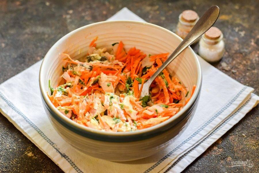Перемешайте ингредиенты, и подавайте салат к столу.