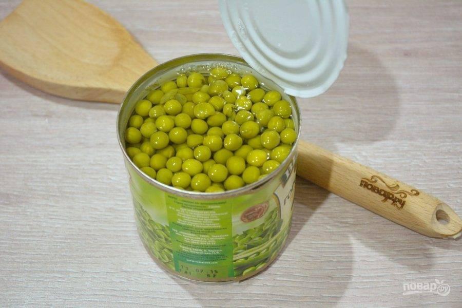 """1. Для приготовления салата """"Оливье"""" с курицей нам необходимо открыть банку горошка. Слейте воду, а сам горошек поместите в глубокую миску."""