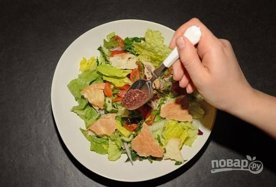 4. Выложите салат на тарелку для подачи, добавьте сумах и ломтики питы. Приятного аппетита!