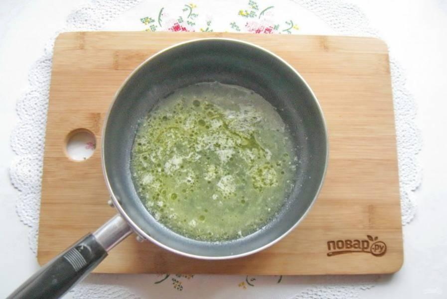 Из одного апельсина выжмите сок и добавьте в сковороду.