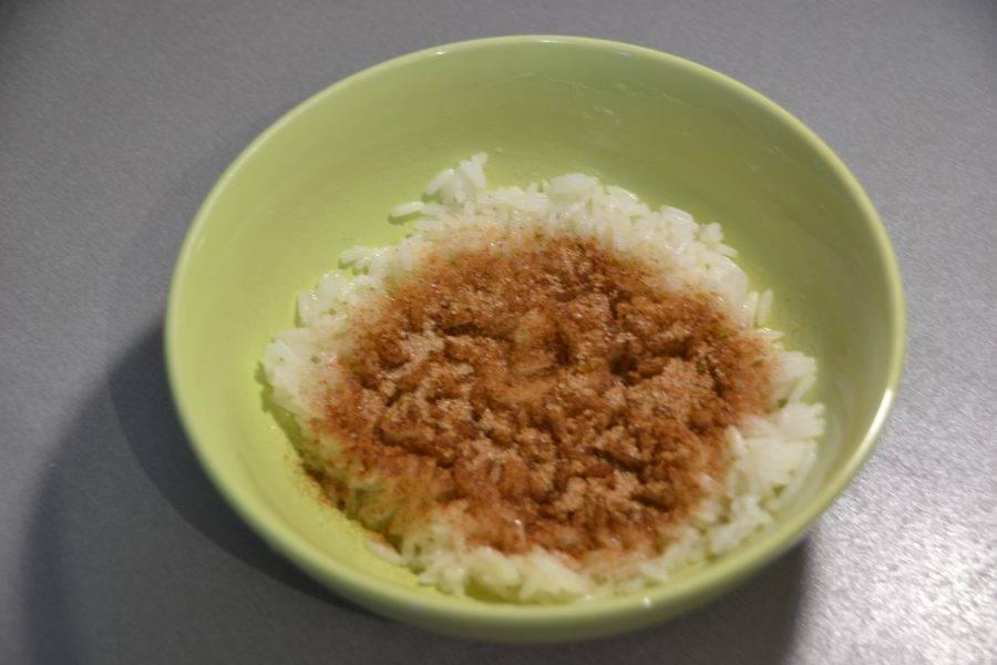 Всыпьте в рис корицу, смешанную с сахарным песком.