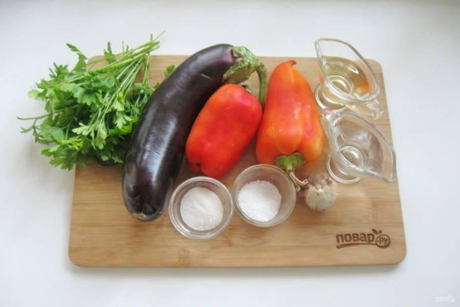 Подготовьте ингредиенты необходимые для приготовления маринованных баклажанов с перцем.
