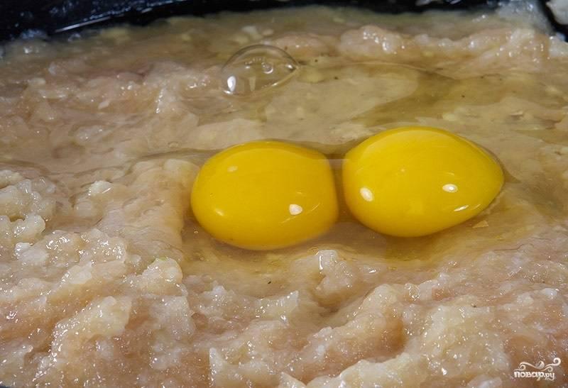 3. Вбейте в фарш 1-2 яйца. Добавьте соль и специи по вкусу.