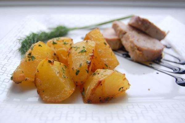 10. Перед подачей украсить тарелку бальзамиком и выложить сверху мясо. Картофель можно присыпать свежей зеленью или сыром.