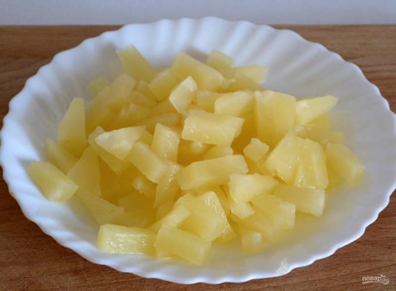 2.Ананас у меня колечками, в нем меньше сахара и прочих консервантов. Нарезаю каждое колечко на кусочки.