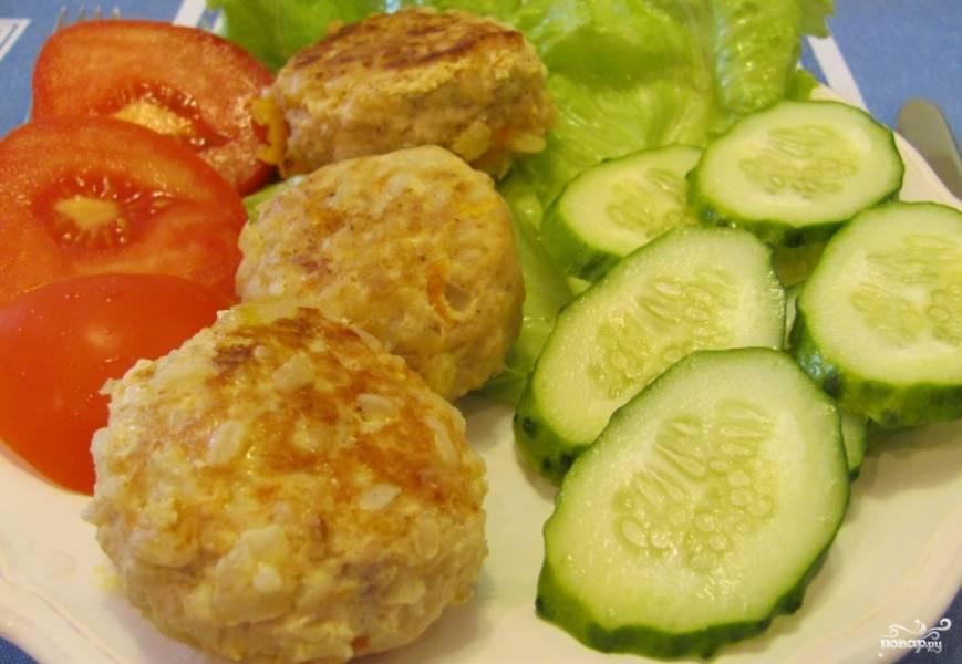 Готовые тефтели хорошо сочетаются с овощами или любым другим гарниром. Приятного аппетита!