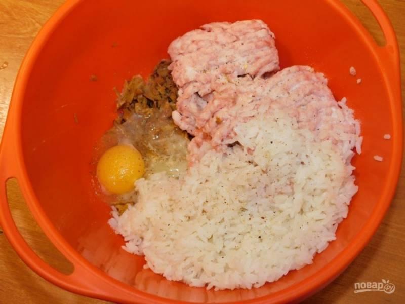 Соедините фарш, рис и грибы. Добавьте яйцо, соль и специи. Все хорошо перемешайте.
