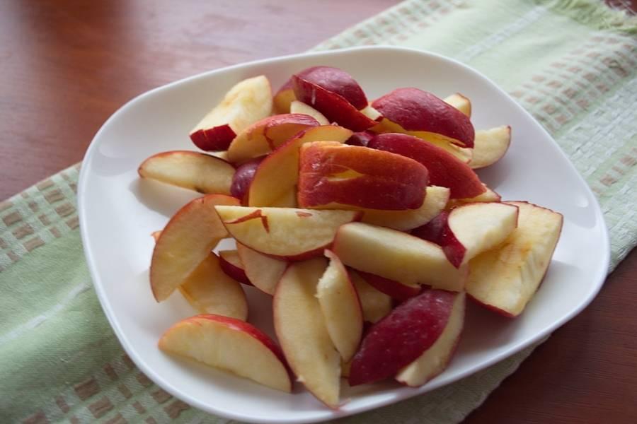 Яблочную мякоть срезать с кочанчика. Нарезать на крупные дольки.