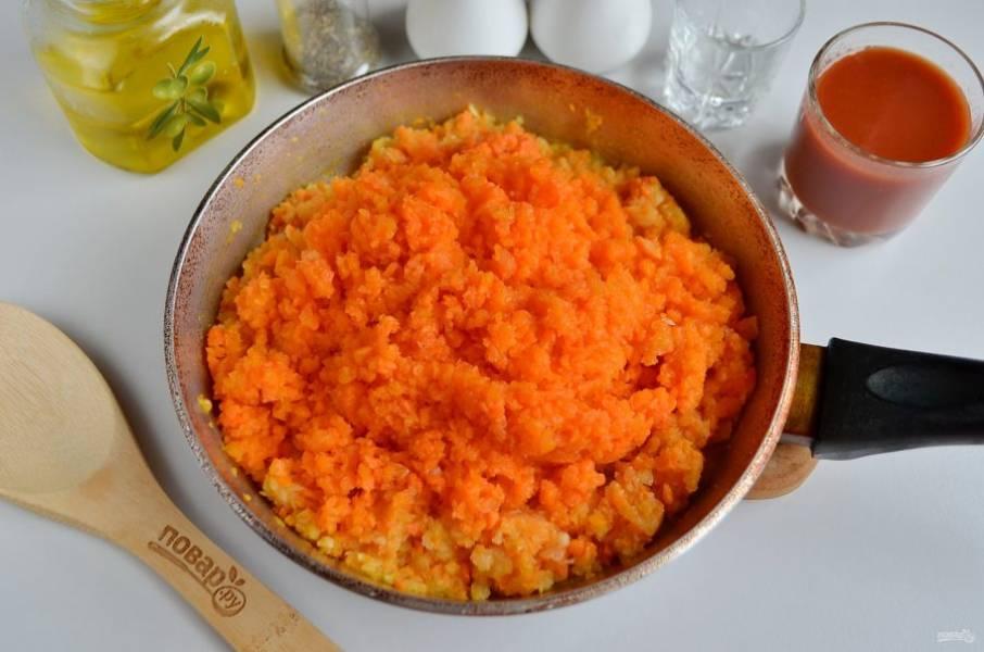 Пропустите через мясорубку тыкву, добавьте к овощам, обжарьте в течение 10 минут, периодически помешивая ложкой.