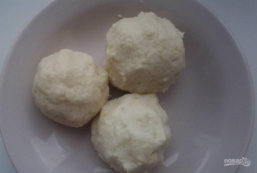 Сформируйте клёцки. В лепёшки из картофеля заверните шарики из фарша.