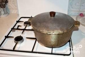 Накройте крышкой кастрюлю. Огонь установите чуть ниже среднего и оставьте вариться суп на 1,5 часа.