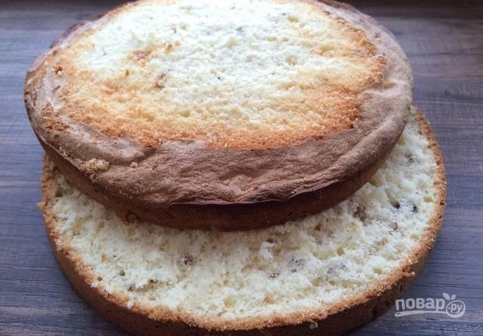 2. Оставьте теперь бисквит постоять 15 минут в духовке, лишь приоткрыв дверцу. Так он плавно остынет и не опадет. Разрежем его на коржи.