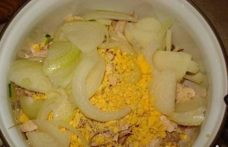 Отделяем белки от желтков. Желтки крошим в салат. Добавляем лук полукольцами.