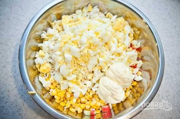 8. Осталось только добавить майонез, соль и перец. Количество майонеза зависит от ваших вкусовых предпочтений.