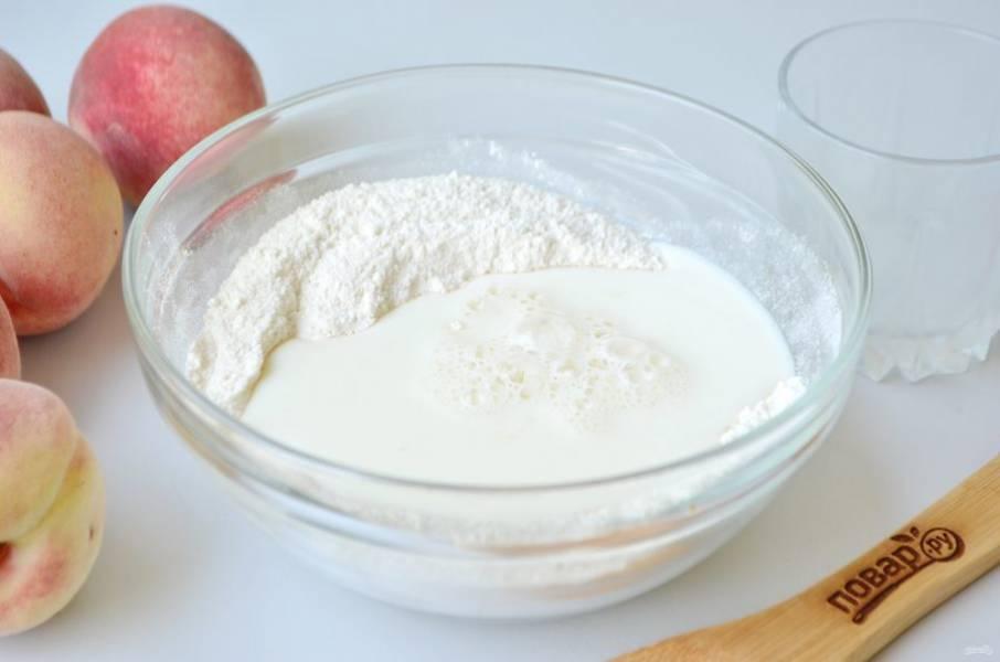4. Влейте молоко и венчиком соедините с мучной смесью.