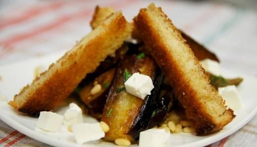 7. Красиво сервируем, посыпаем кусочками сыра и кедровыми орешками.