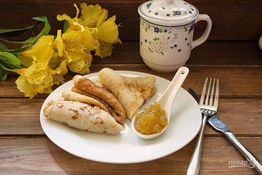 5. Подайте блинчики к столу с вареньем или джемом. Я использована инжирный джем.