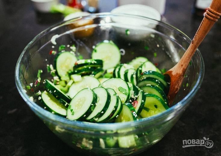 Зелень измельчите. Огурцы нарежьте тонкими колечками, а чеснок пропустите через пресс. Соединяем все в салатнице и заправляем соком лимона, уксусом, оливковым маслом и специями.