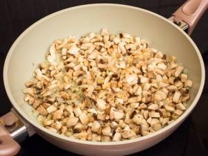 Добавьте грибы и жарьте еще 15 минут.