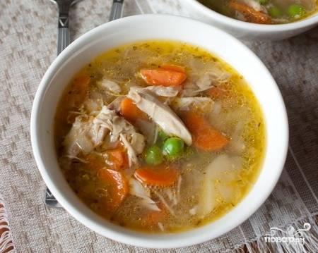 За 5 минут до конца варки добавьте в кастрюлю нарезанное мясо и зеленый горошек. Разлейте по тарелкам и подавайте со свежей зеленью. Приятного аппетита!