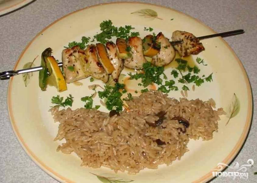 4.Достать шампуры, положить каждый на отдельную тарелку, полить маринадом и посыпать петрушкой. Подать с рисом, салатом или поджаренными тостами с хлебом.