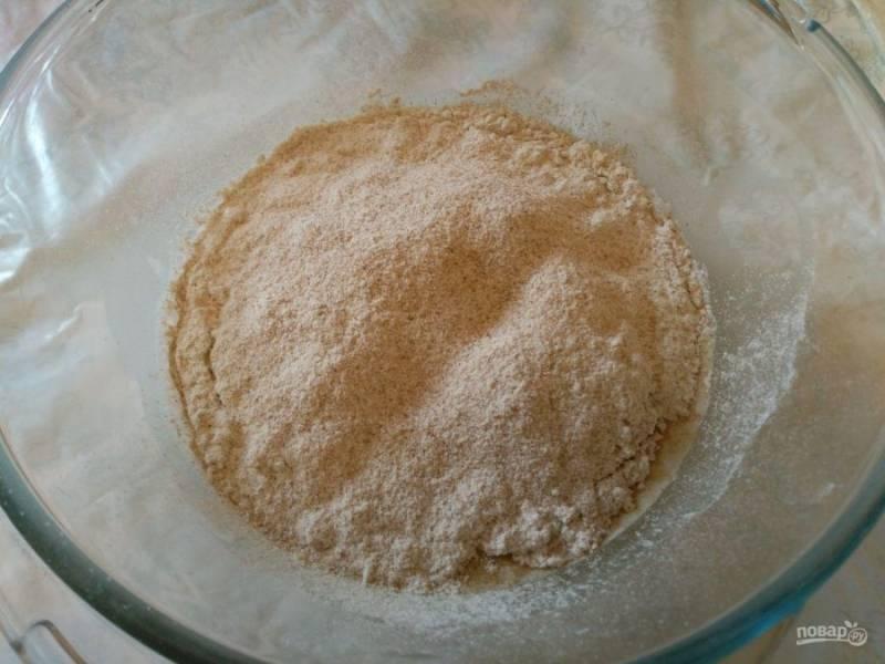 Добавьте в жидкость соль и просеянную ржаную муку, перемешайте.