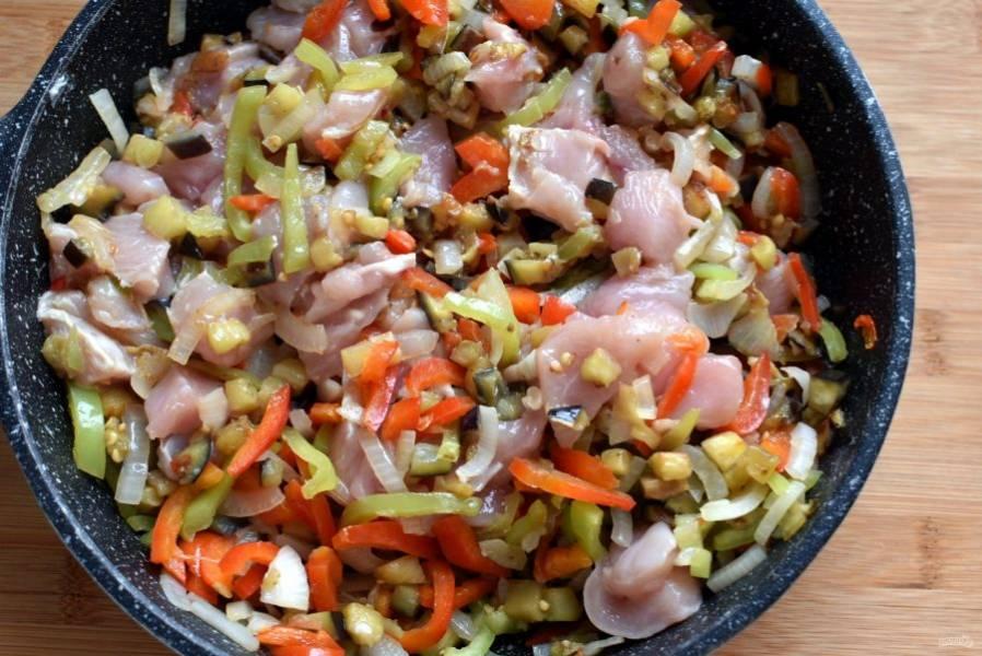Добавьте куриное филе, нарезанное крупными кубиками. Жарьте, пока курица сверху не побелеет. Добавьте помидоры без кожицы и семян, нарезанные кубиками и протушите пару минут.