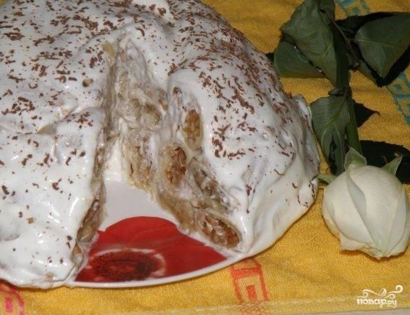 10. Я посыпаю верх шоколадом. В разрезе наш блинный торт со сметаной смотрится великолепно! Его можно посыпать вафельной крошкой или орехами (по вашему желанию).