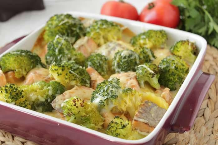 Запекать нужно в духовке при 200 °С 20 мин. По прошествии этого времени блюдо достаньте, посыпьте тёртым сыром и верните в духовку ещё на пять минут.